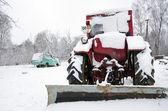 Staré ruské sovětské traktorem v zimě zastřešený sníh — Stock fotografie