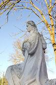 Brudny stary statua biały anioł bez skrzydeł. — Zdjęcie stockowe