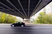 Ponte sotto sul fiume e auto andando veloce. — Foto Stock