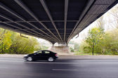 Puente debajo sobre el río y el coche va rápido. — Foto de Stock