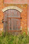 Opuštěné farmy domu dveře zámek červené cihlové budovy — Stock fotografie