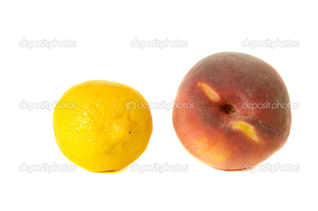 Lemon and peach isolated on white background. Healthy natural food. — Stock Photo #9132555