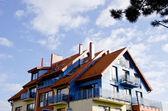 Architecture moderniste bâtiment baignées de soleil ciel nuageux — Photo