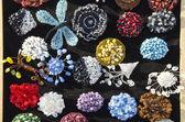 Dekorativní ručně vyráběné šperky prodávané na trhu spravedlivé — Stock fotografie