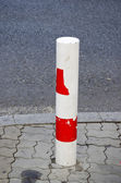 Columna previene el coche para pasar la calle prohibida. — Foto de Stock