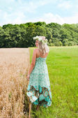 Beautiful woman on the meadow — Stock Photo