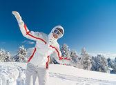 Esquiador juguetona mujer volar en la cima de la montaña — Foto de Stock