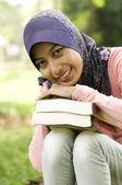 Piękna młoda dama muzułmańskich gospodarstwa książki — Zdjęcie stockowe