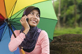 Beautiful young muslim lady talk to the mobile phone — Stock Photo