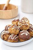 Golosinas crujientes cubiertos de chocolate. — Foto de Stock