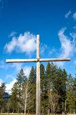 Houten kruis ingesteld buitenshuis. — Stockfoto