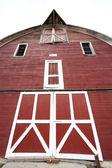 前面的一个红色谷仓. — 图库照片