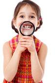 Dişlerinin arasından bir büyüteç gösteren kız — Stok fotoğraf