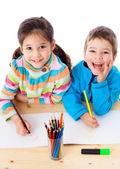 Dos niños dibujar con lápices de colores — Foto de Stock