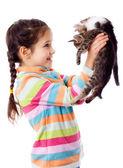 Glad tjej som lyfte upp två kattunge — Stockfoto