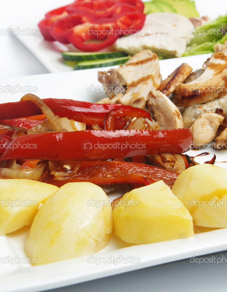 Healthy lunch with chicken,potato and capsicum — Stock Photo #8513199