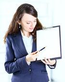 Portret van een schattige jonge zakenvrouw met het werk plan lachende. — Stockfoto