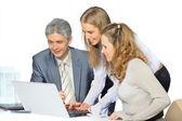красивый бизнес-леди держит ноутбук. изолированные на белом фоне. — Стоковое фото