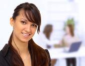 Donna d'affari di nizza in ufficio. la conclusione della transazione. — Foto Stock
