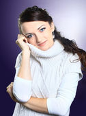 Krásná dívka v svetru. izolované na fialovém pozadí. — Stock fotografie