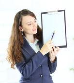 Portret kobiety z planu pracy uśmiechający się ładny młody biznes. — Zdjęcie stockowe