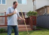 Hombre que tenía dolores en el pecho mientras jardinería — Foto de Stock