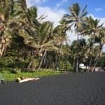 Hawaiis Hapuna beach with famous black volcanic sand — Stock Photo #9294288