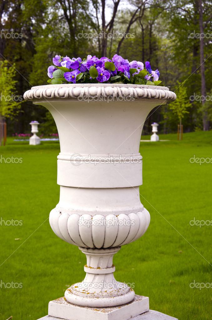 Spring flowers in old manor park vase — Stock Photo #10464339