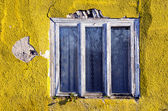 Cracked house wall and old window frame — Stock Photo