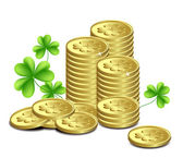 Gold coins and leaves of clover, St. Patrick's Day celebration. — Stok Vektör