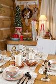 Noel masa mumlar, heykeller ve noel ağacı ayarlama — Stok fotoğraf