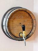 Деревянная бочка с краном — Стоковое фото