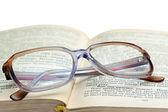 Occhiali da lettura sdraiato sul libro — Foto Stock