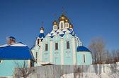 Pravoslavná církev se zlatou kupolí v zimě slunečný den — Stock fotografie