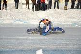 Na żużlu na lodzie, skręcić na motorze — Zdjęcie stockowe