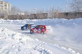 две машины конкурировать на поворот дорожки — Стоковое фото