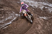 Rider aan het begin van sleur draaien zandstrand motorcross track — Stockfoto