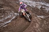 Piloto no início da rotina, transformando a pista de motocross de areia — Foto Stock