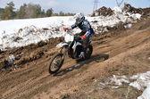Atleta de motocross se está acelerando en una cuesta arenosa — Foto de Stock