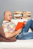 Starszy mężczyzna czytanie książek — Zdjęcie stockowe