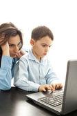 Matka i syn koncentratu do laptopa — Zdjęcie stockowe