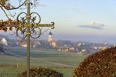 Altes eisernes Kreuz in dörflicher Umgebung — Stock Photo