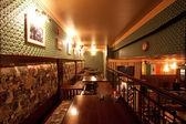 Irländsk pub. interiör med artificiellt ljus — Stockfoto
