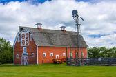 Старый красный сарай на ферме — Стоковое фото