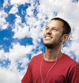 音楽を聴く若い男 — ストック写真