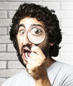 Man met vergrootglas — Stockfoto