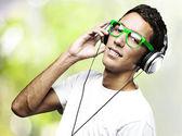 человек прослушивания музыки — Стоковое фото