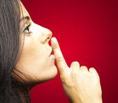 молодая женщина жесты — Стоковое фото
