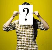 Vrouw met ondervraging — Stockfoto