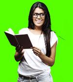 Kobieta gospodarstwa książki — Zdjęcie stockowe